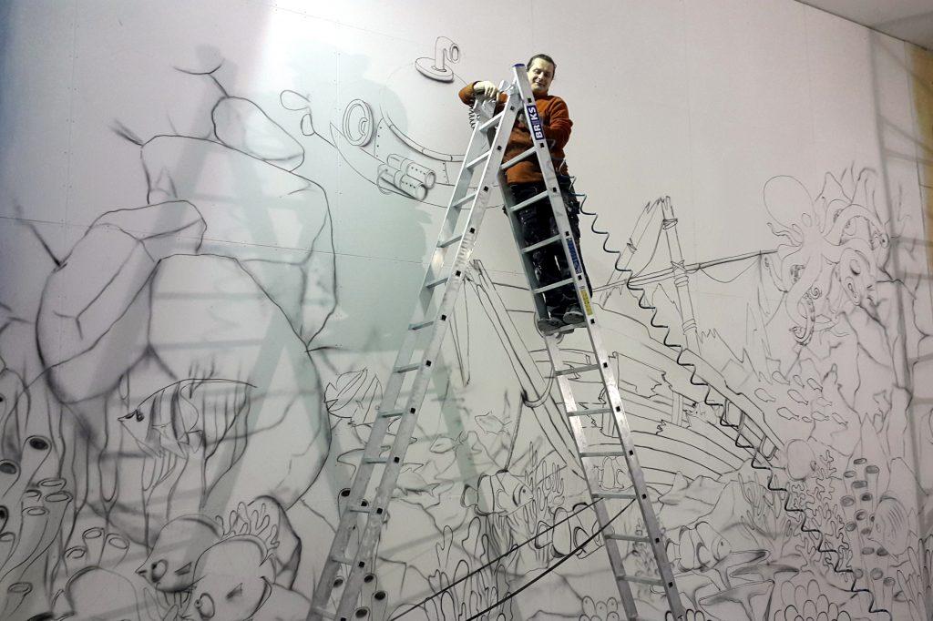 Malowanie kolorowego obrazu na ścianie, ścianka wspinackowa