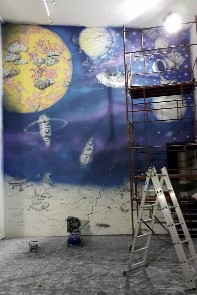 malowanie ściany wspinaczkowej, malowanie kosmosu na ścianie