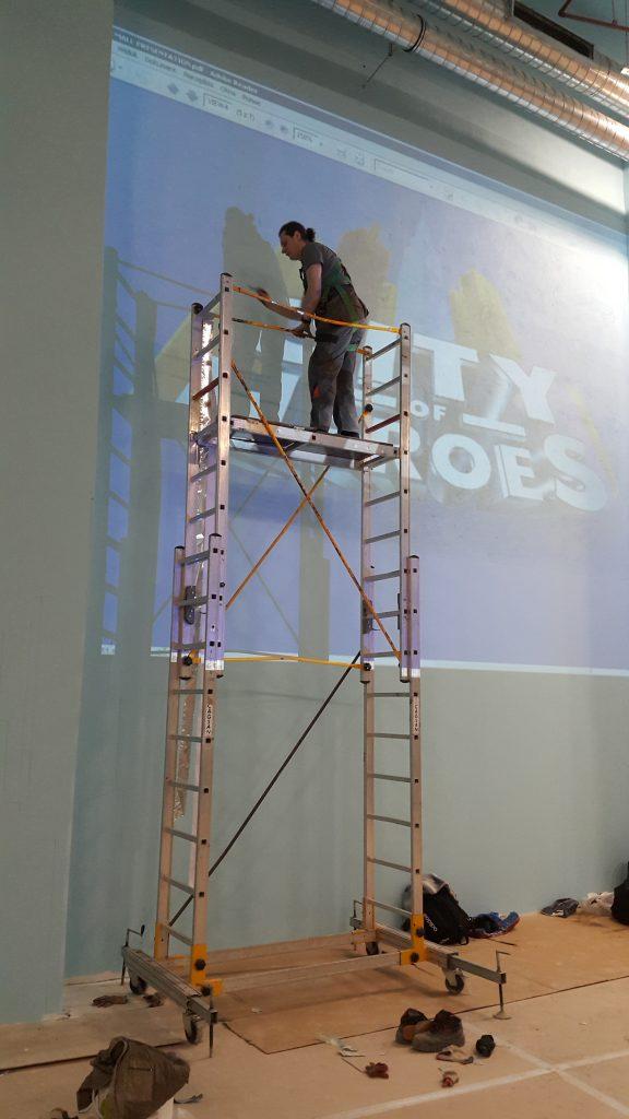 Ręczne malowanie loga na ścianie