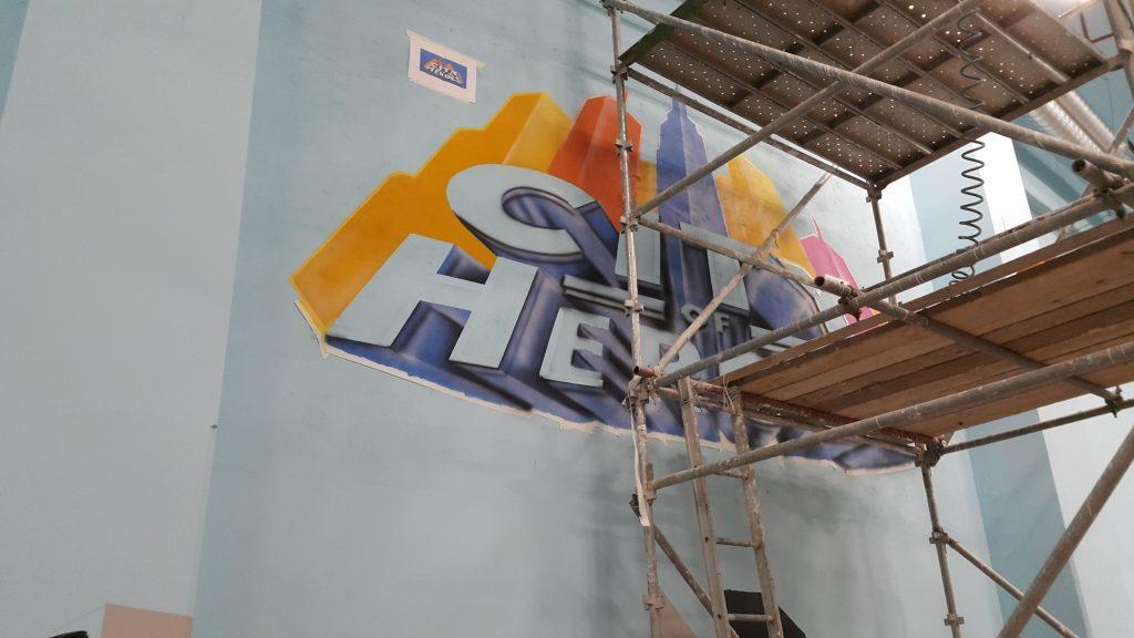 Malowanie loga na ścianie elewacyjnej