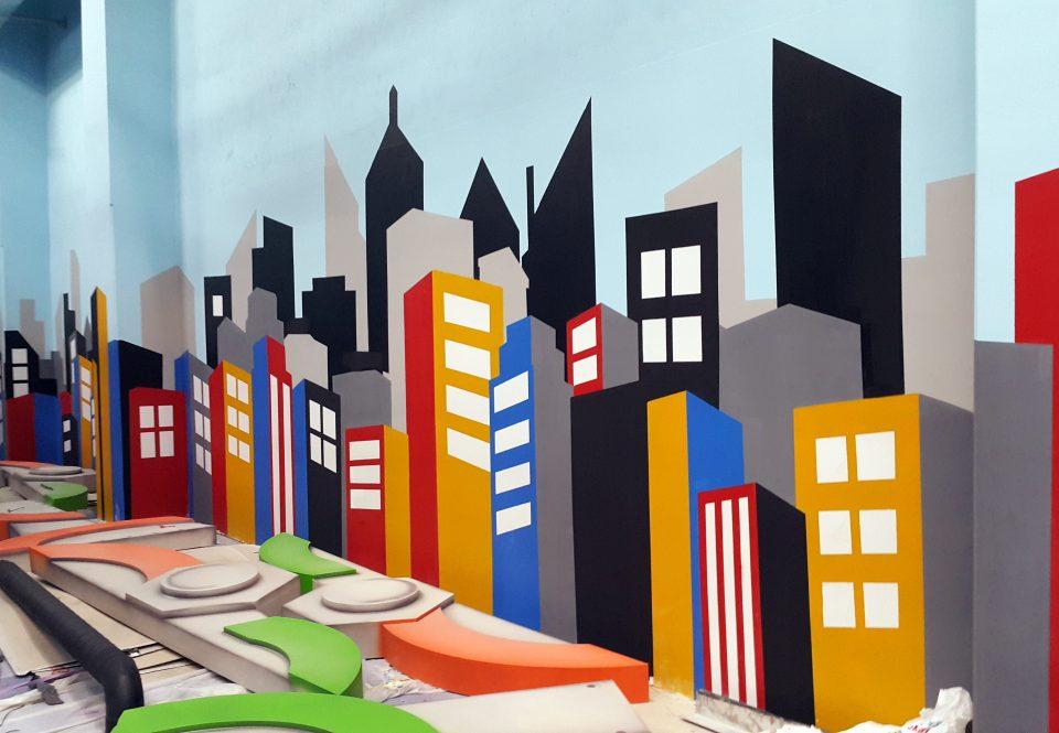 Malowanie motywów graficznych, mural ścienny, graffiti na ścianie, motyw graficzny