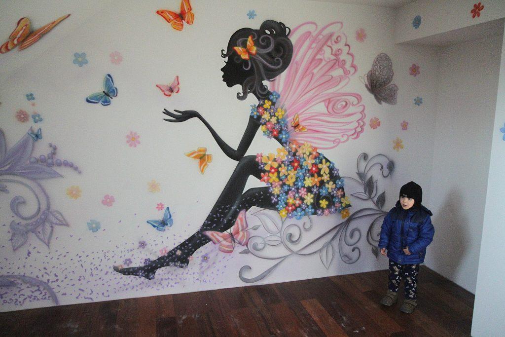 Graffiti w pokoju dziewczynki, mural graficzny