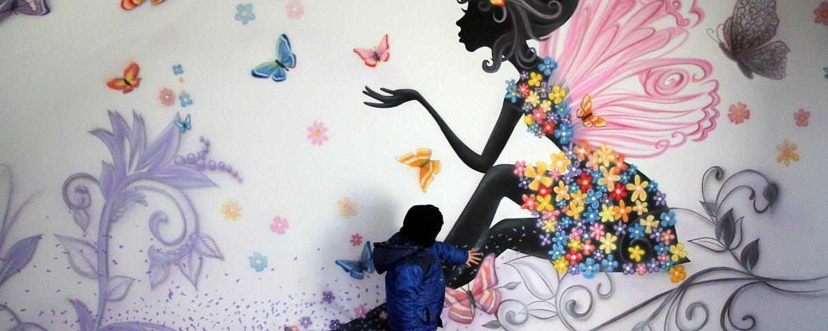 Grafitti na ścianie w pokoju nastolatki dziewczynki