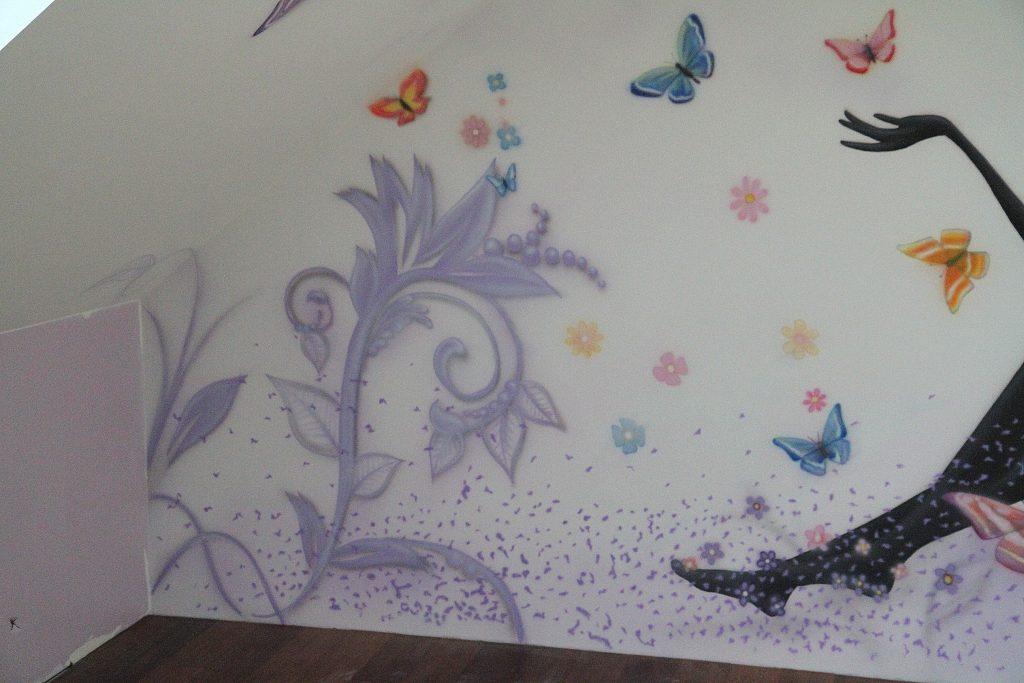 Malowanie grafiki w pokoju nastolatki