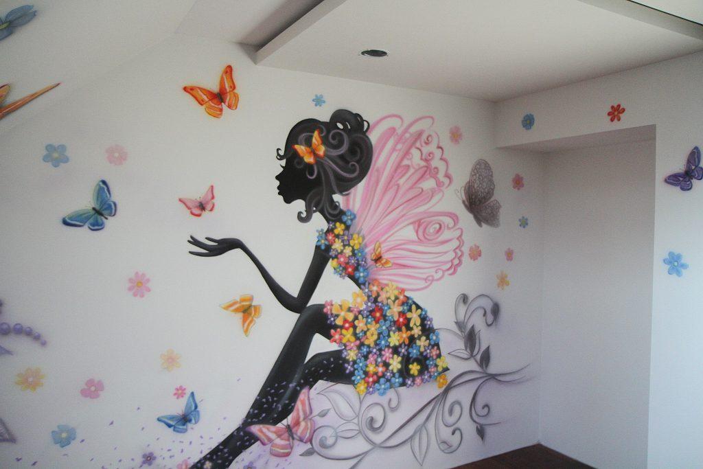 Graffiti na ścianie w pokoju dziewczęcym