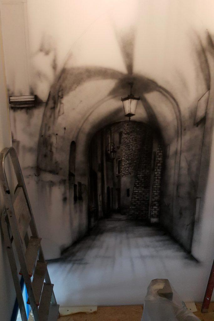 Malowanie ściany 3D, uliczki w perspektywie na ścianie klatki schodowej,