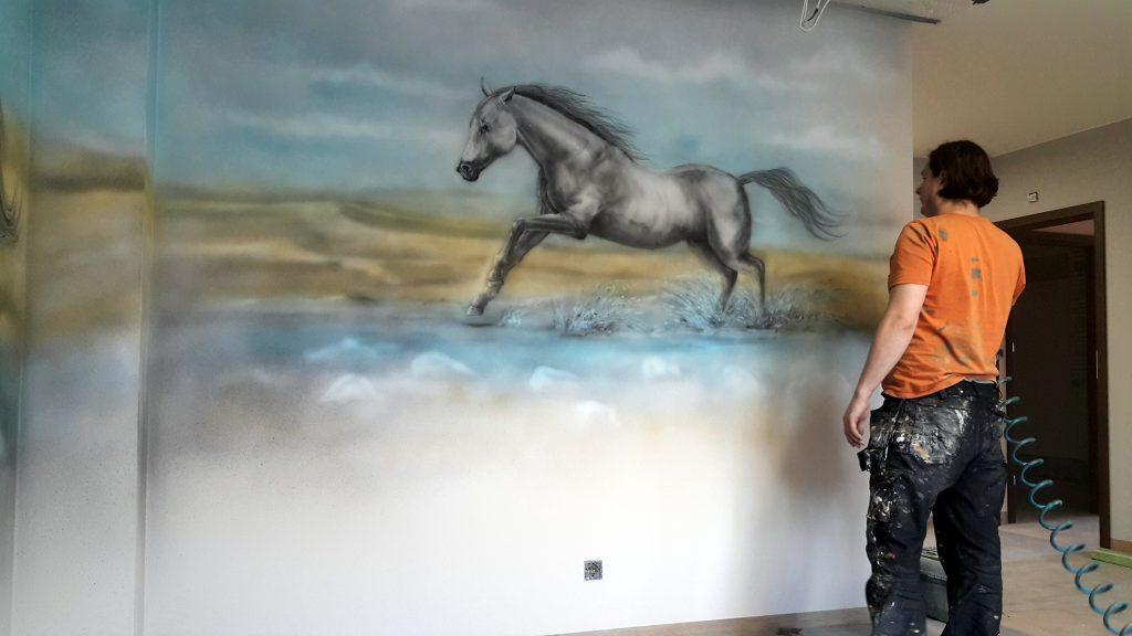 Koń w galopie obraz