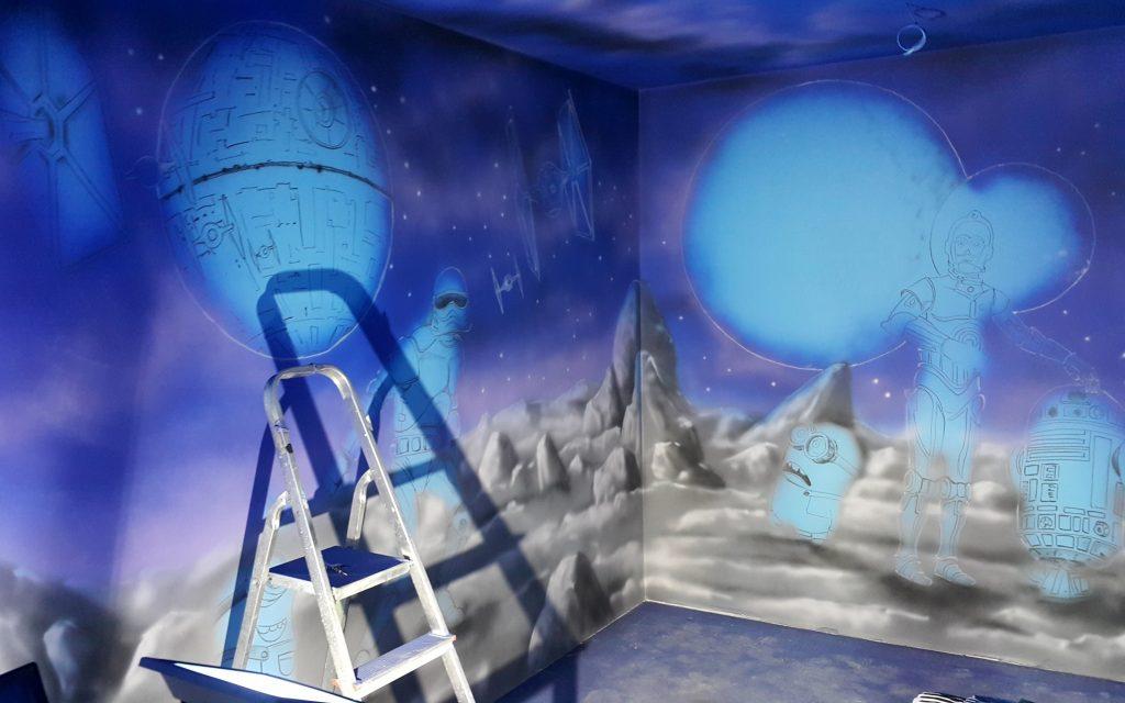Malowanie sali zabaw, graffiti na ścianie w bawialni