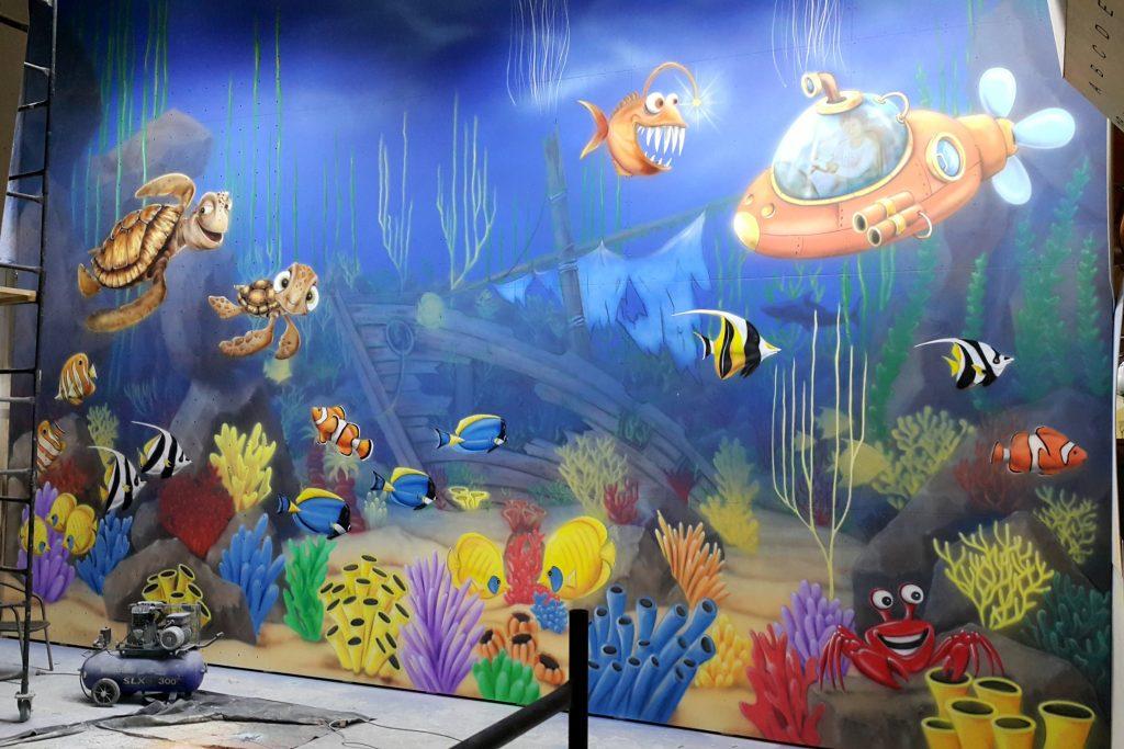 Graffiti dla dzieci, malowanie rafy koralowej, morskie graffiti wykonane na ścianie w bawialni