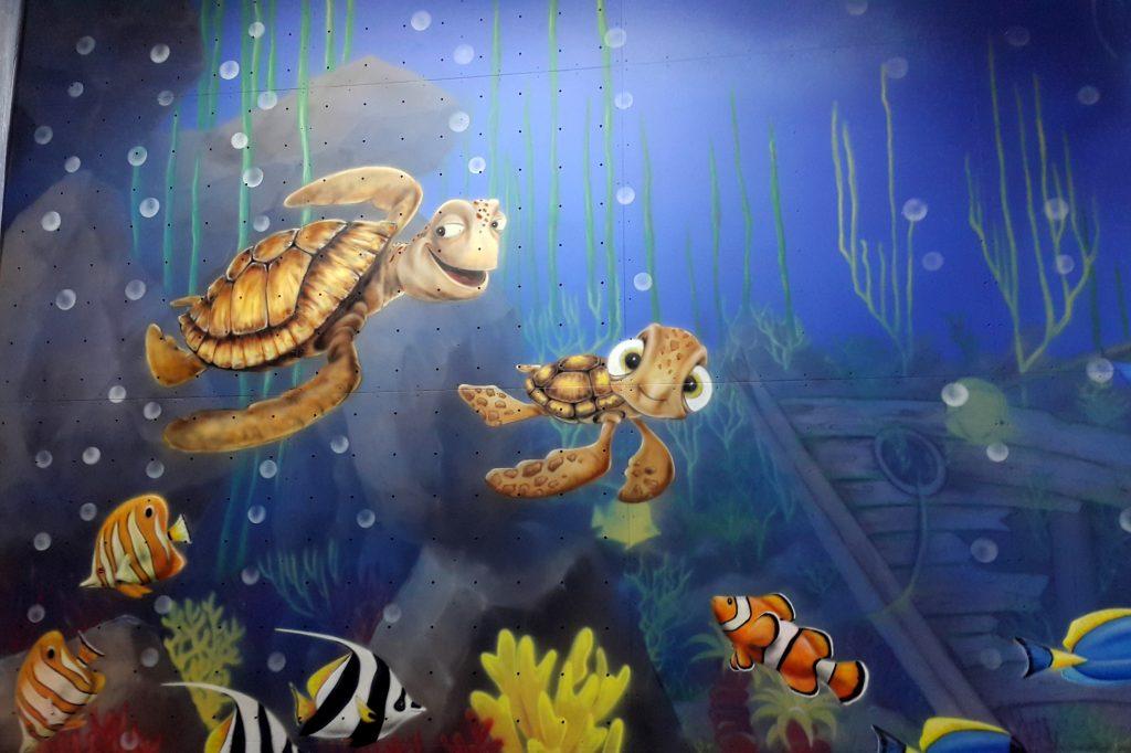 Graffiti dla dzieci, malowanie rafy koralowej w bawialni