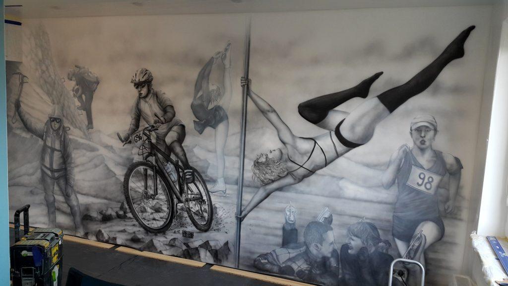 Czarnobiały mural namalowany na ścainie, obraz monochromatyczny