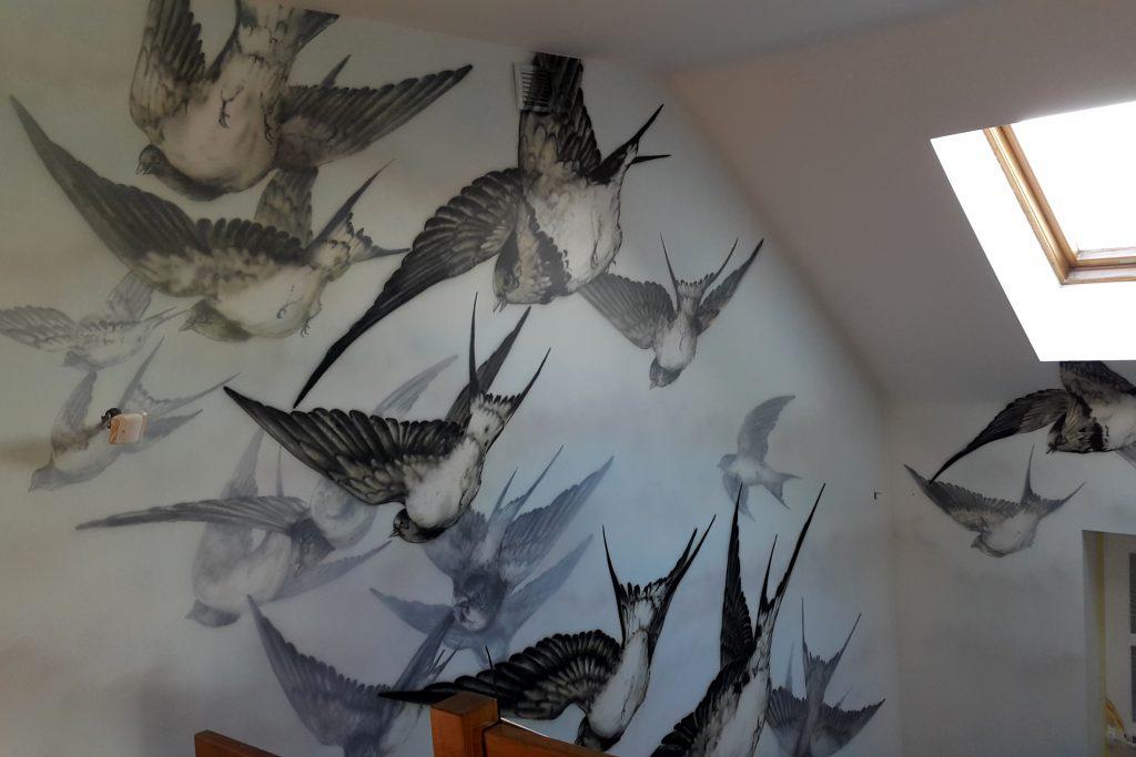 Mural na klatce schodowej, artystyczne malowanie ścian