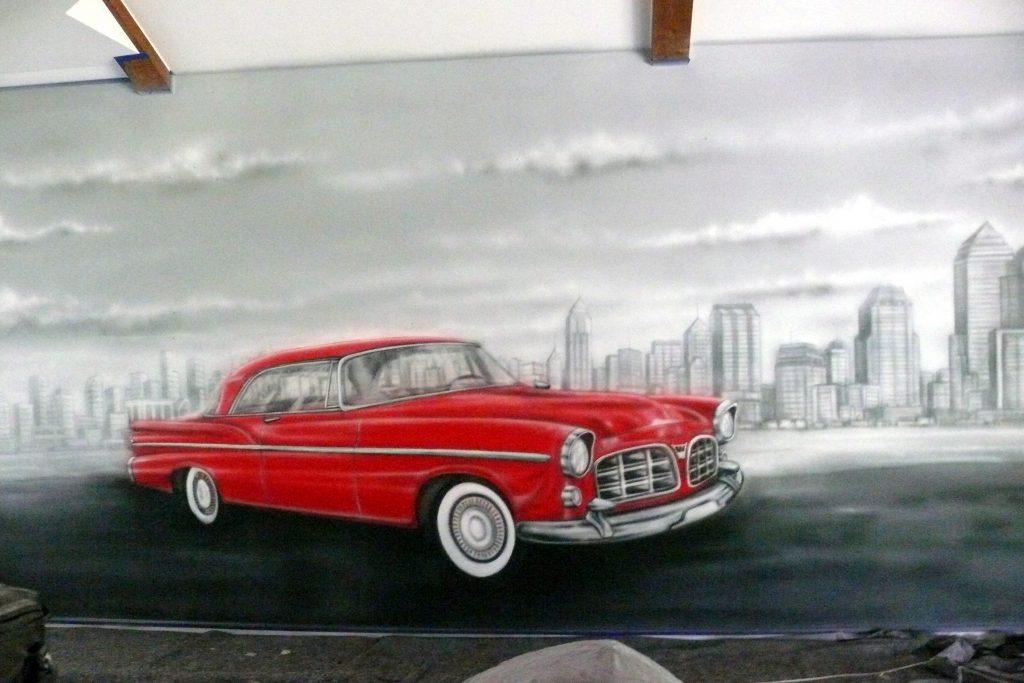 Graffiti w kręgielni, mural UV namalowany w kręgielni zabytkowych samochodów