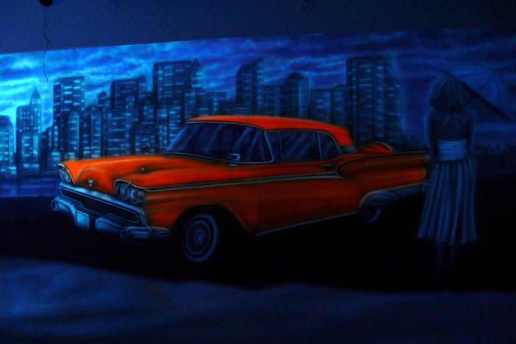 Graffiti w kręgielni, mural UV namalowany w kręgielni