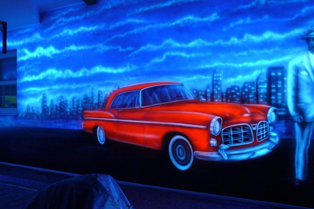 Graffiti w kręgielni, mural UV świecący w ciemności, namalowany w kręgielni
