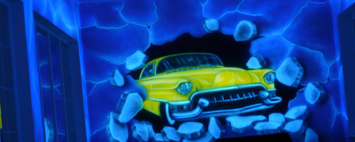 Graffiti w kręgielni, mural UV namalowany w kręgielni farbami luminescencyjnymi