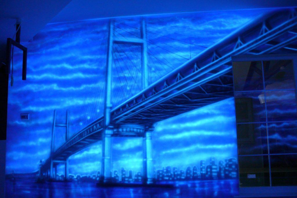 Graffiti w kręgielni, mural UV namalowany w kręgielni farbami UV ultrafioletowymi