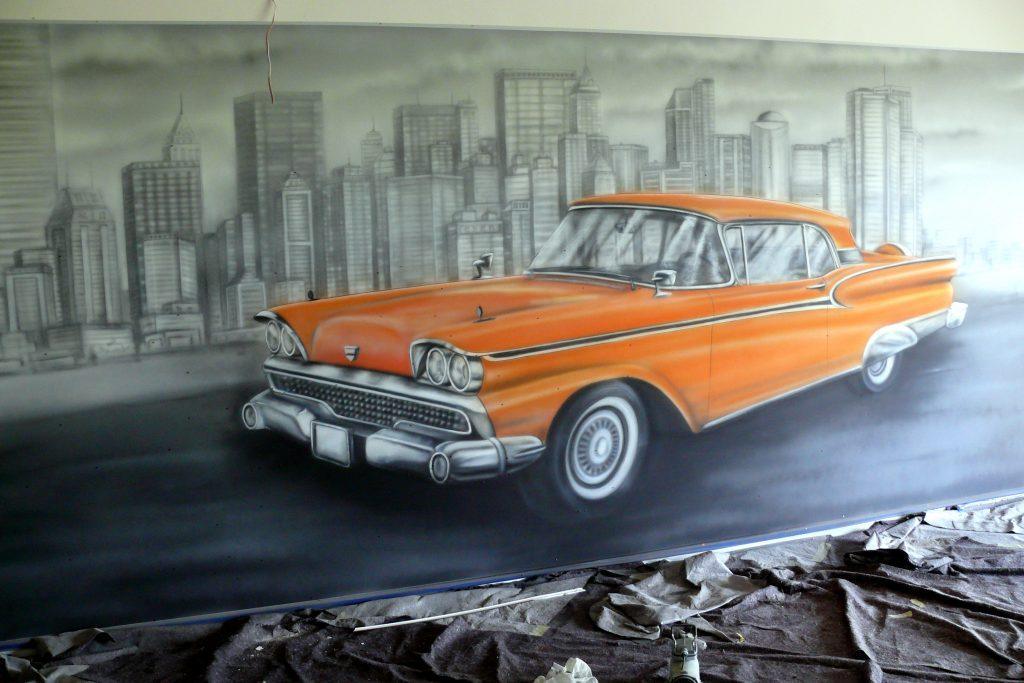 Graffiti w kręgielni, mural UV namalowany w kręgielni, samochodów