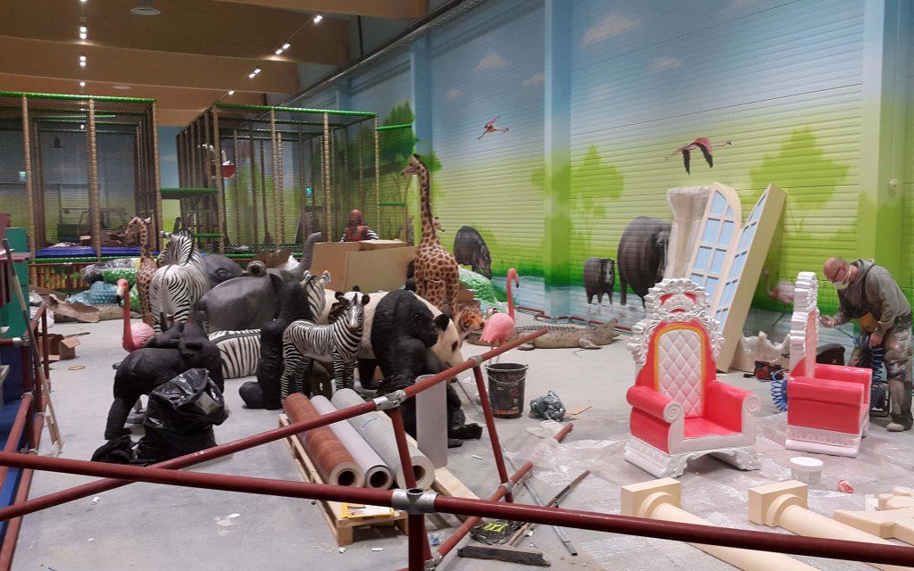 Aranżacja sali zabaw, malowanie obrazu w bawialni dla dzieci, malowanie makiet w bawialni, aranzacja sali zabaw dla dzieci