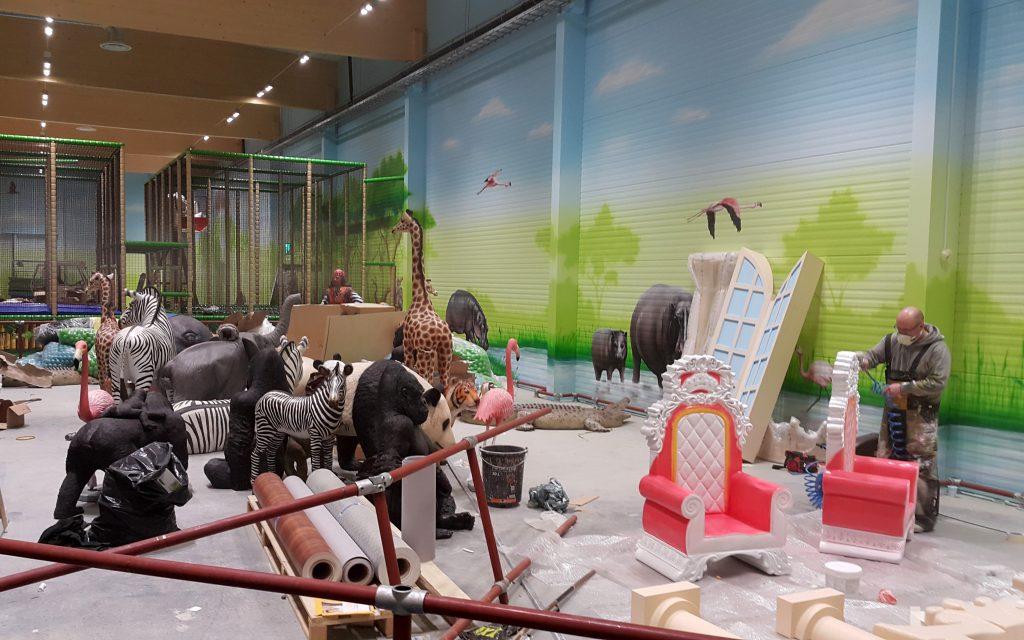 Aranżacja sali zabaw, malowanie obrazu w bawialni dla dzieci, malowanie makiet