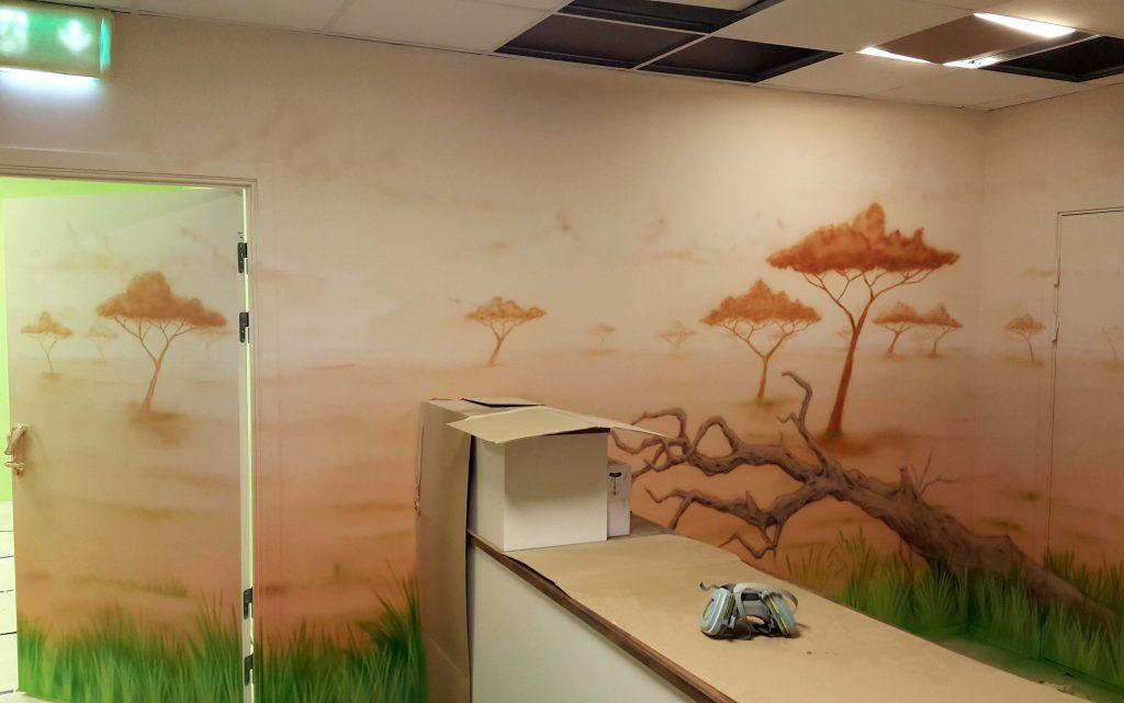 Aranżacja sali zabaw, malowanie obrazu w bawialni dla dzieci