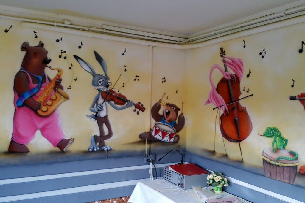 Mural w przedszkolu, artystyczne malowanie ścian w przedszkolu, malowanie zwierzątek na ścianie