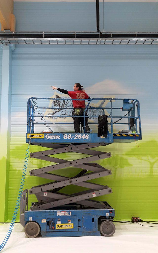 Aranżacja sali zabaw, malowanie obrazu w bawialni dla dzieci, mural w bawialni