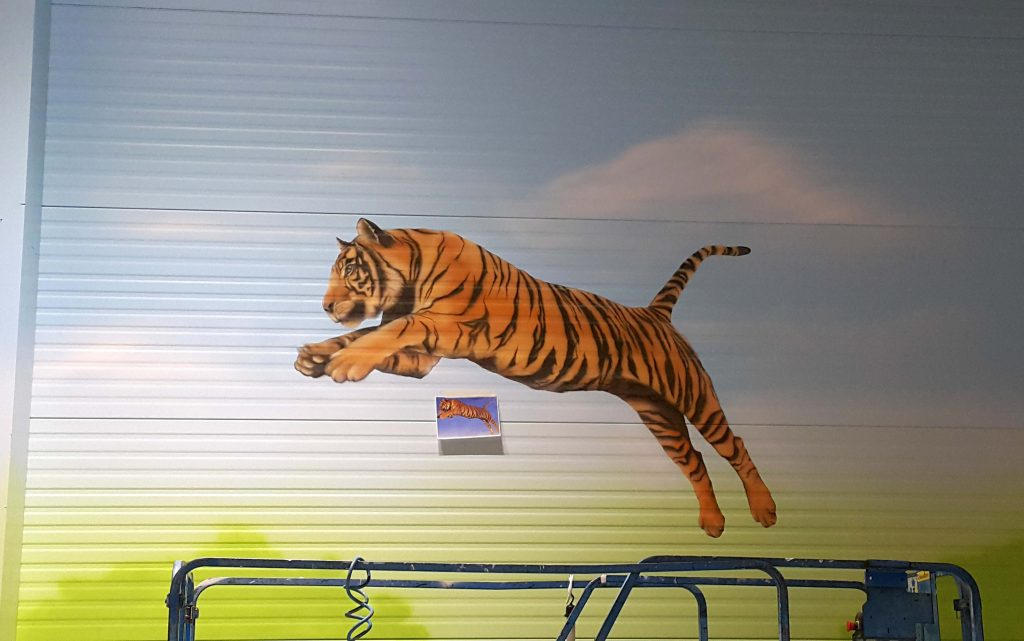 Aranżacja sali zabaw, malowanie tygrysa na ścianie, malowanie obrazu w bawialni dla dzieci