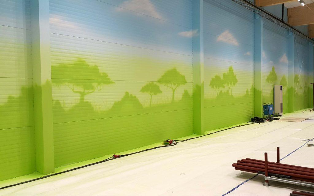 Aranżacja sali zabaw, malowanie obrazu w bawialni dla dzieci, malowanie tła ścian w bawialni