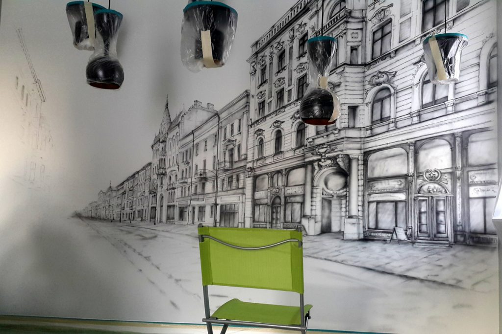 Mural w salonie, malowanie obrazu na ścianie w salonie, obraz czarno biały do nowoczesnego salonu