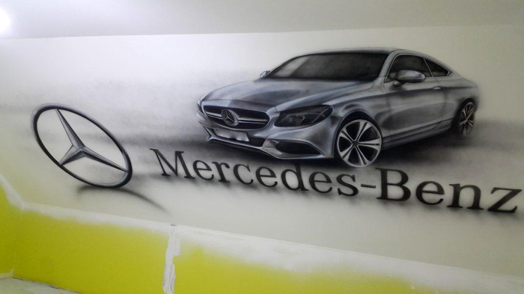 Malowanie samochodu mercedes na ścianie w pokoju młodzieżowym, mural 3D u chłopca w pokoju