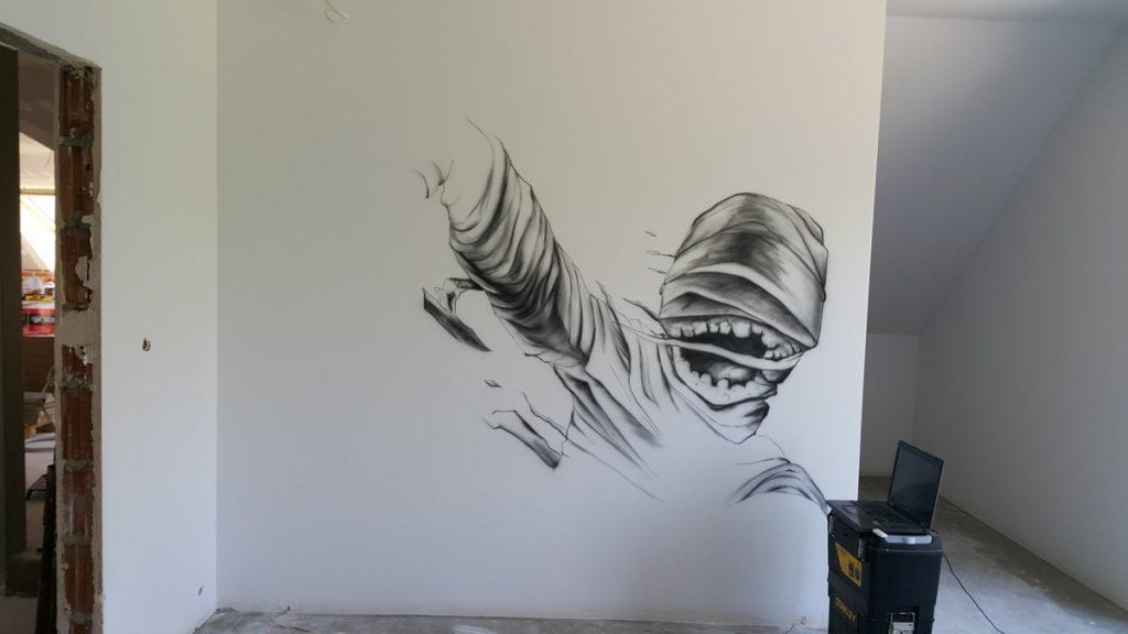 Malowanie pokoju młodzieżowego, czerwona mumia