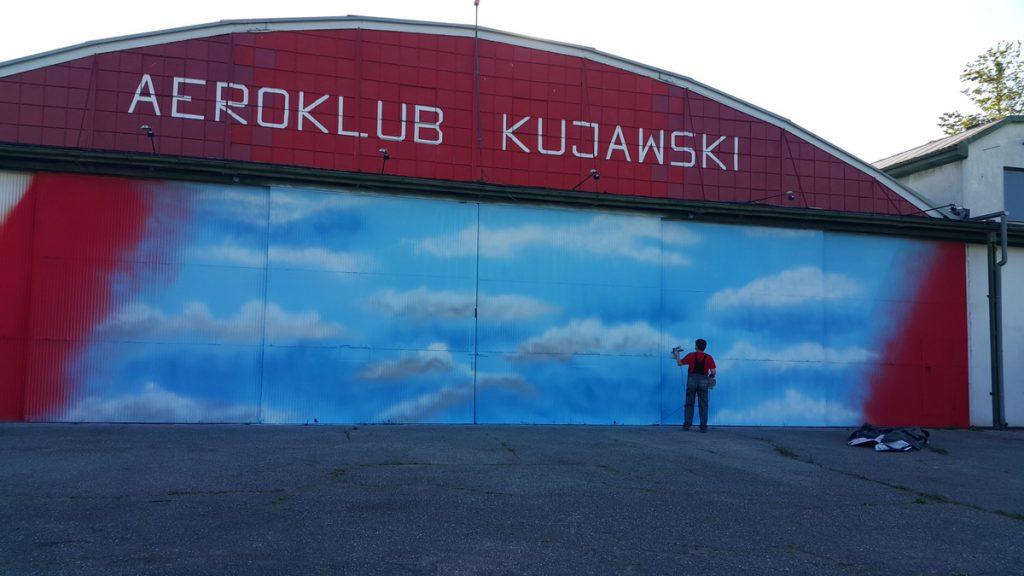 Mural w mieście Inowrocław powstał na drzwiach hangaru