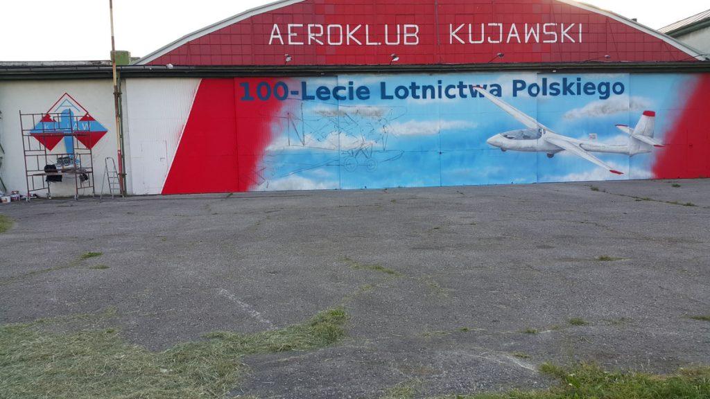 Mural na drzwiach hali aeroklubu