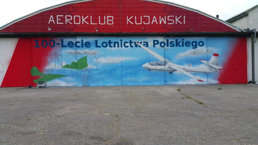 Inowrocław, mural na drzwiach hali aeroklubu