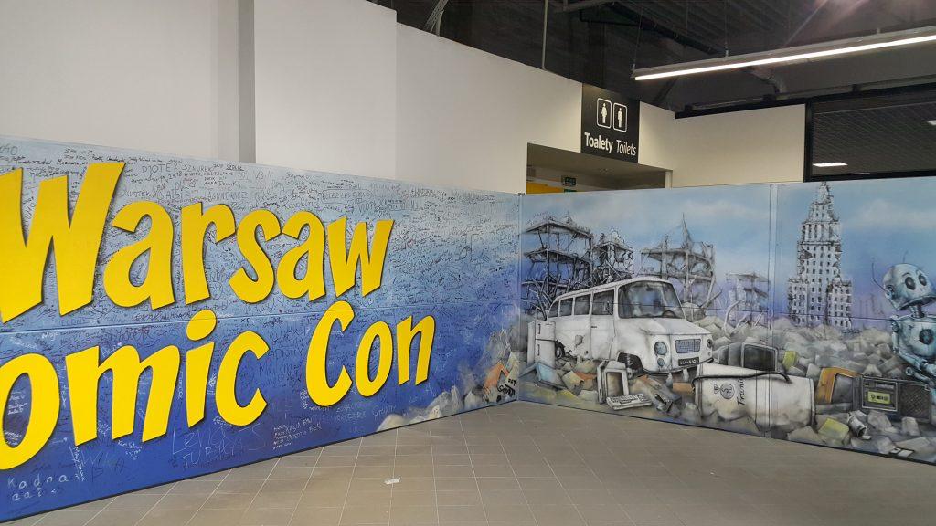 Malowanie loga Comic Con, logo malowane na żywo na imprezie.