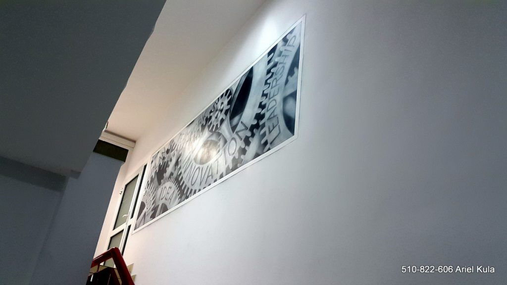 Mural w biurze, przestrzeń biurowa - aranżacja, industrialny styl w biurze, malowanie trybów na ścianie