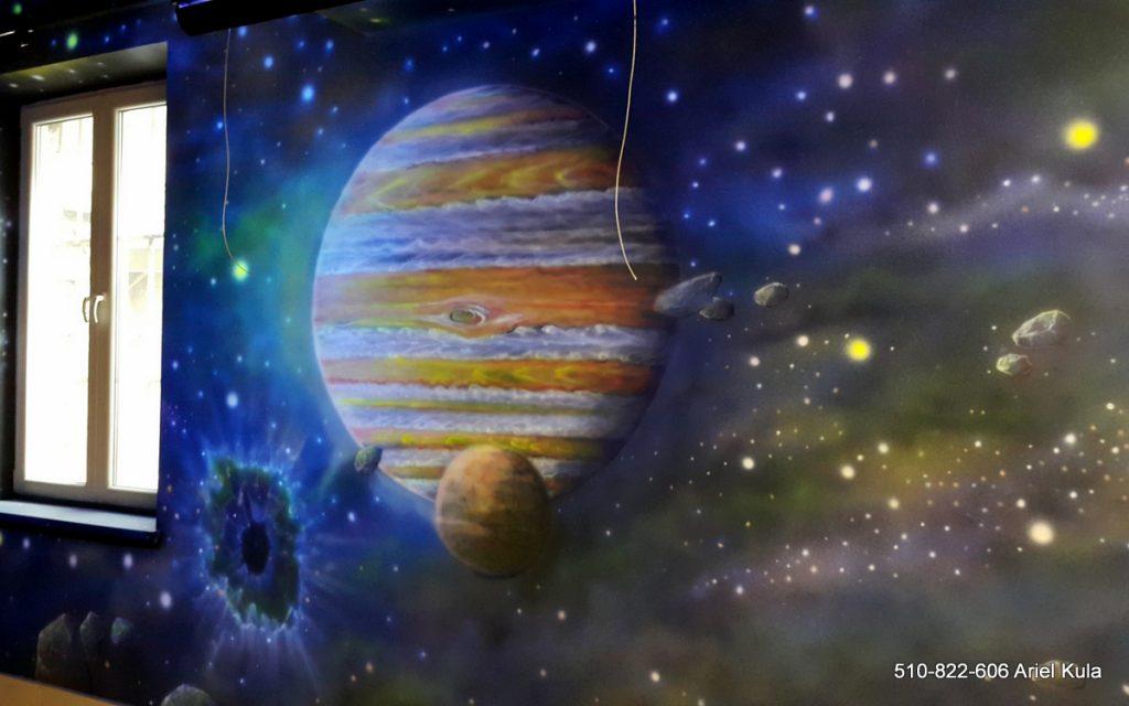 Malowanie kosmosu farbami UV, mural w ultrafiolecie, malowanie gwiazd i galaktyk, malowanie jowisza
