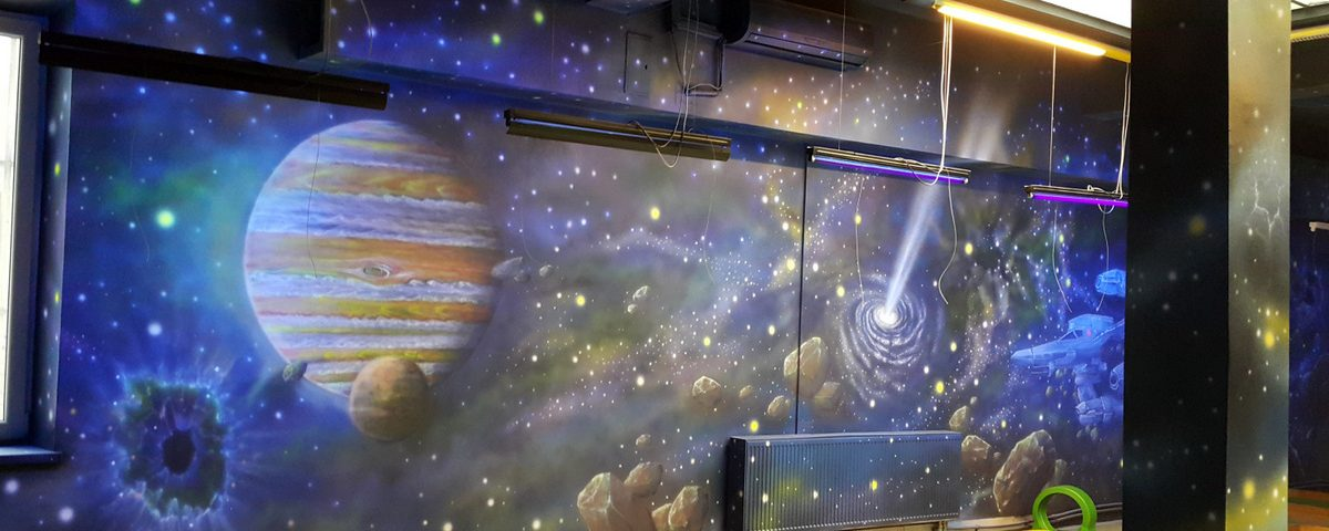Malowanie kosmosu farbami UV, mural w ultrafiolecie, malowanie gwiazd i galaktyk