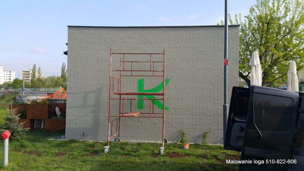Malowanie loga na murze, logotyp ręcznie malowany
