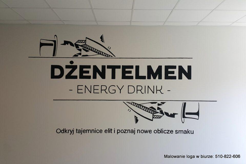 Malowanie loga w biurze, napis na ścianie w biurze wykonany czarną farbą, czarny napis w lokalu na ścianie