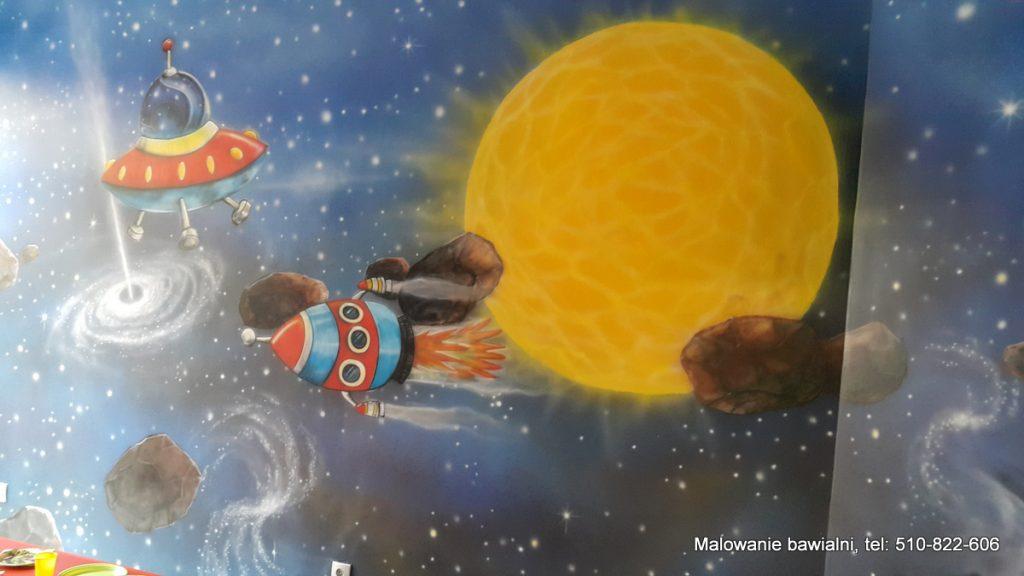 Malowanie sali zabaw, motyw kosmosu na ścianie wystrój bawialni