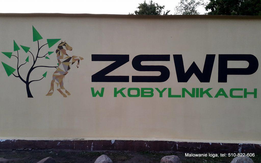 Malowanie logotypu na ścianie w szkole