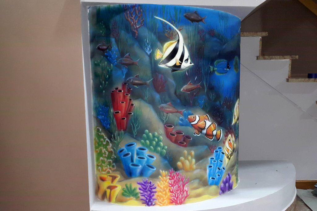 Malowanie rybek na ścianie jako imitacja akwarium, mural 3D w pokoju