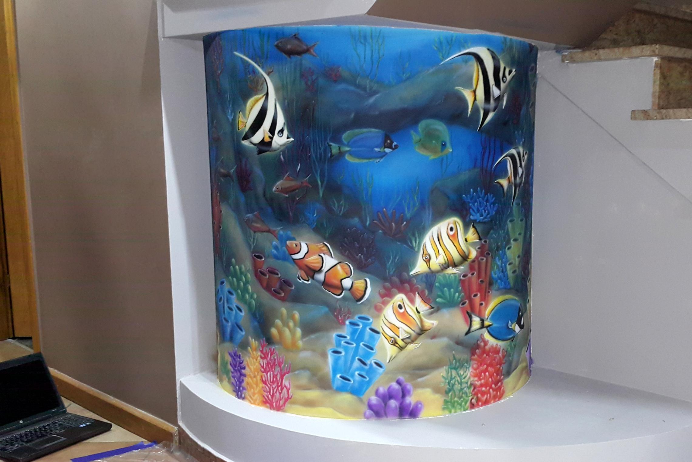 Malowanie rafy koralowej. mural przedstawiający rybki,