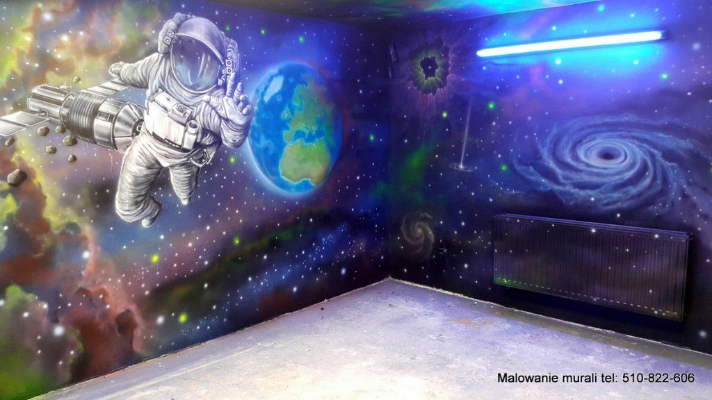 Malowanie kosmosu na ścianie w sali zabaw dla dzieci, galaktyka