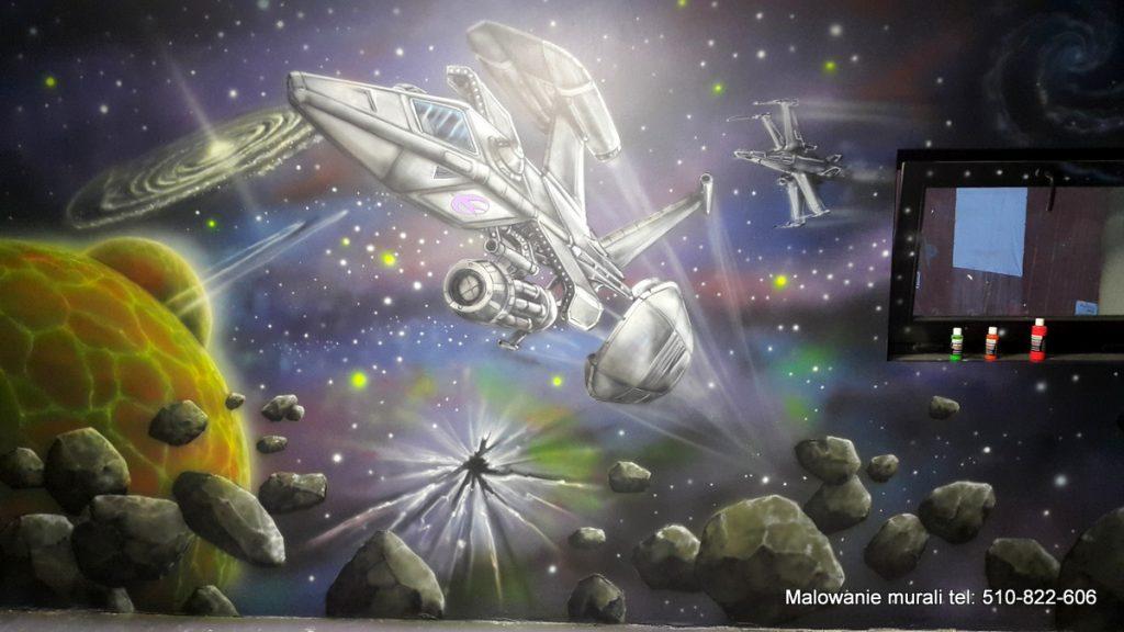 Statek kosmiczny, malowanie bawialni w kosmicznym stylu, mural na scianie w sali urodzinowej