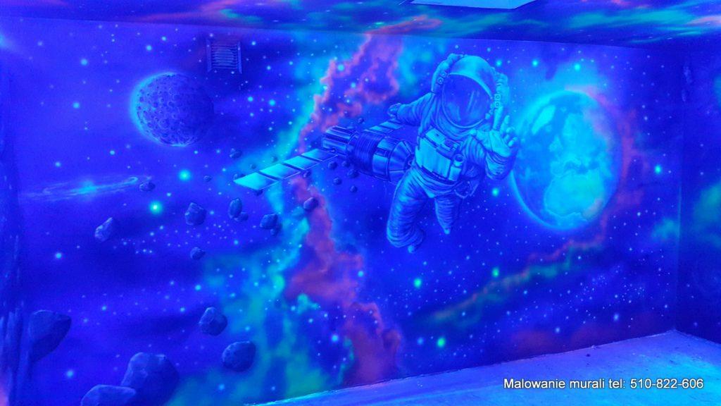 Malowanie farbami UV bawialni, mural o tematyce kosmosu, malowanie kosmosu na ścianie