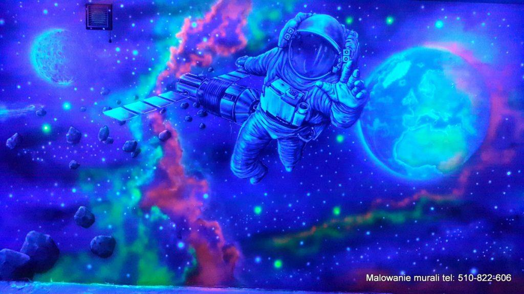 Mural UV, malowanie kosmosu na ścianie w ultrafiolecie, malowanie galaktyki w bawialni