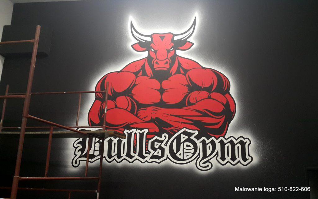 Logo w siłowni, malowanie logotypu na ścianie w siłowni motyw z bykiem
